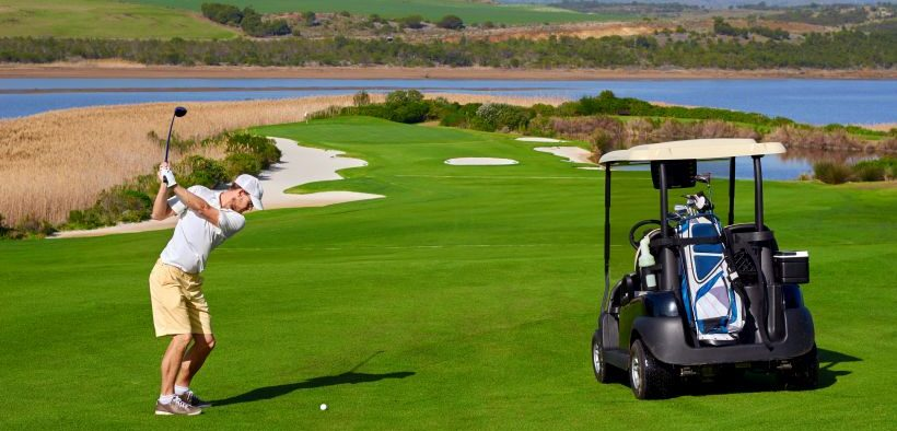 Golf Adriatic - Golfer beim Abschlag vor Wasserhindernis auf Golfplatz in Savudrija