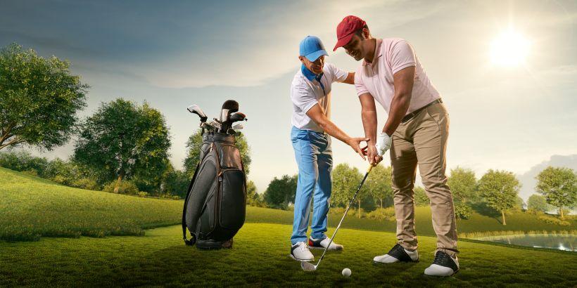Golfer beim Abschlag üben in Golfhotel in Kroatien