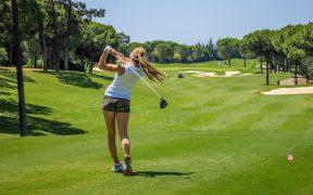 Golferin beim Abschlag - Golfurlaub im Riverside Golf Zagreb