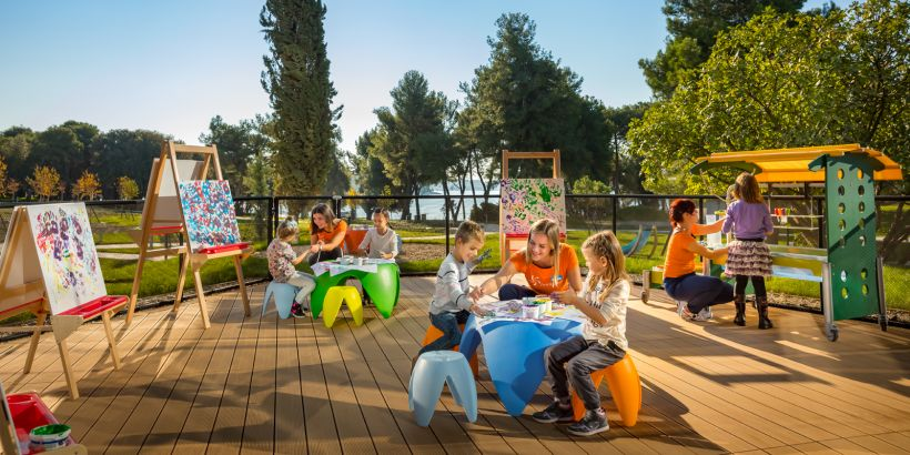 Kinder beim Malen im Amarin Kids Klub