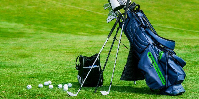 Komplettes Set Golfausrüstung für den Golfurlaub