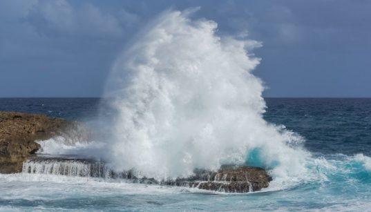Mit dem Südwestwind Lebić treffen stürmische Wellen auf die Küste