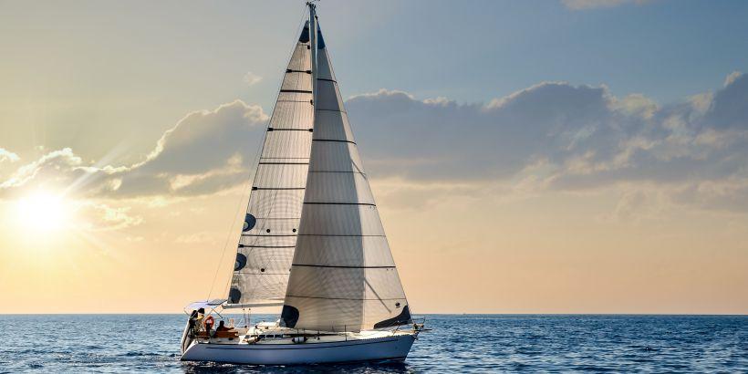 Segelboot bei ruhigem Wellengang wenn der Levante weht