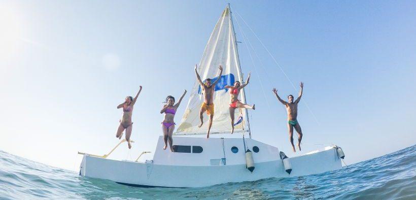 Urlauber haben Spaß beim Sprung vom Boot ins Meer - Regln, Tipps & Infos für unbeschwerte Bootstouren