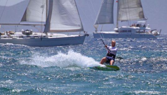 Zum Surfen bei Tramontana in die Preluk Bucht - Kitesurfer und Seegelboote bei guten Windverhältnissen