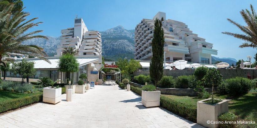 Casino Arena Makarska vor malerischer Bergkulisse der Riviera