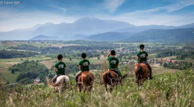 Das Reitteam der Ranch Equus Igni genießt den Anblick von Berg und Tal