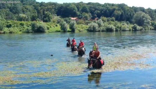 Mit dem Reitverband Pokuplje und Kupa Zone Adventure auf Pferden quer durch den Fluss