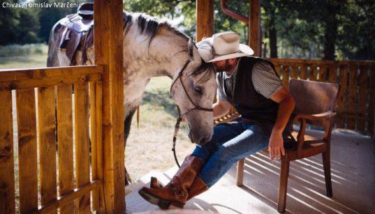 Ranchbesitzer Tomislav Marčenić auf seiner Veranda mit Pferd auf der Ranch Chivas