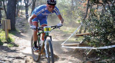 Mountainbiker beim Downhill Buzet - MTB-Parcours im Wald in Istrien